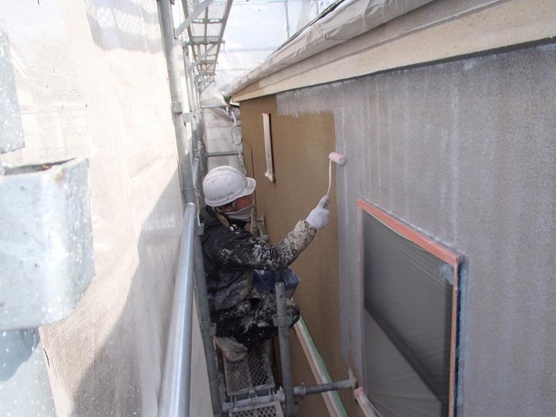 外壁の下塗りをしています。半透明の塗料なので乾く前は色むらが目立ちます。