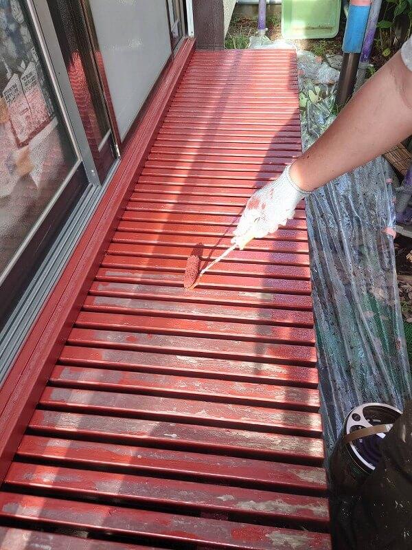 濡れ縁は塗装の剥がれ等をきれいに処理した後に下塗りをしています。