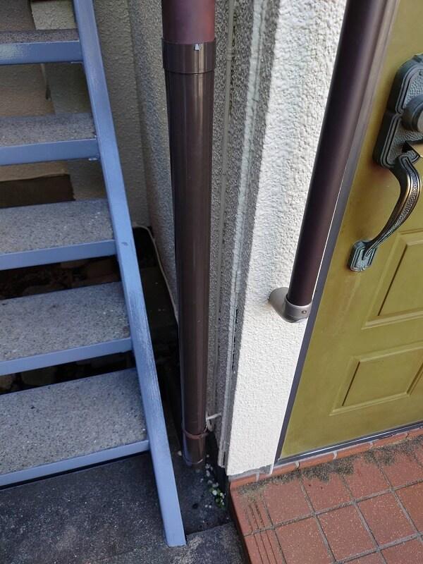 雨樋を新しいものへと取り替えました。部分交換なので、縦樋をつなぐ継ぎ手部分に段差ができています。