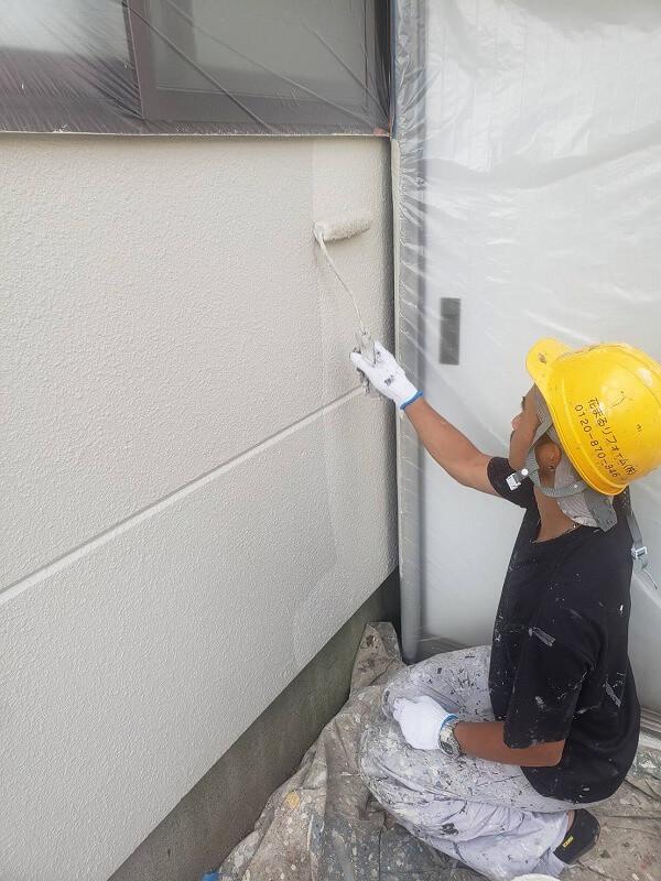 外壁の上塗り中です。