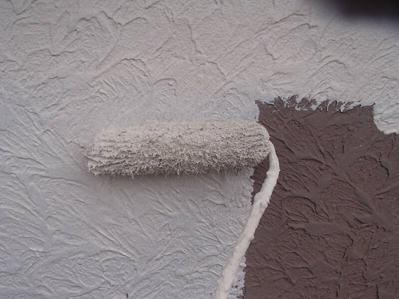 続いて中塗りをしています。