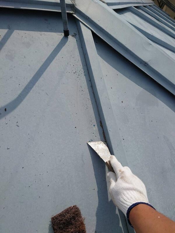 屋根のケレンをしています。