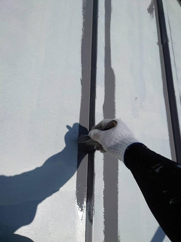 屋根の細部を刷毛で中塗り中です。