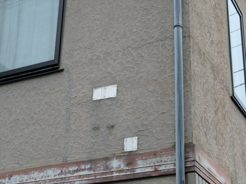 外壁に以前、何を取り付けていたと思われる部品がありました。塗装で色の違いはなくなりますが、凹凸は残ります。