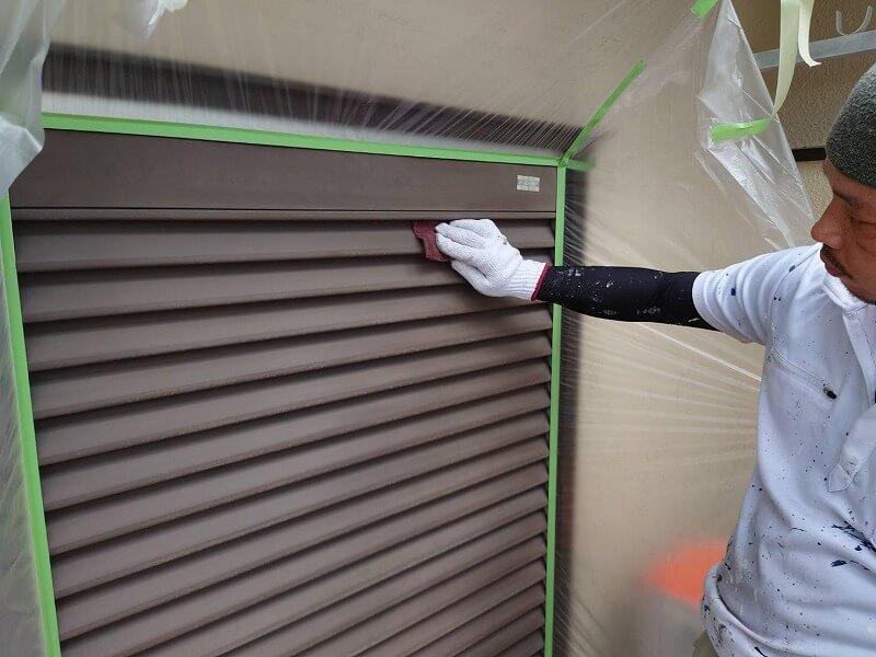 雨戸の汚れを落として塗装の下処理をしています。