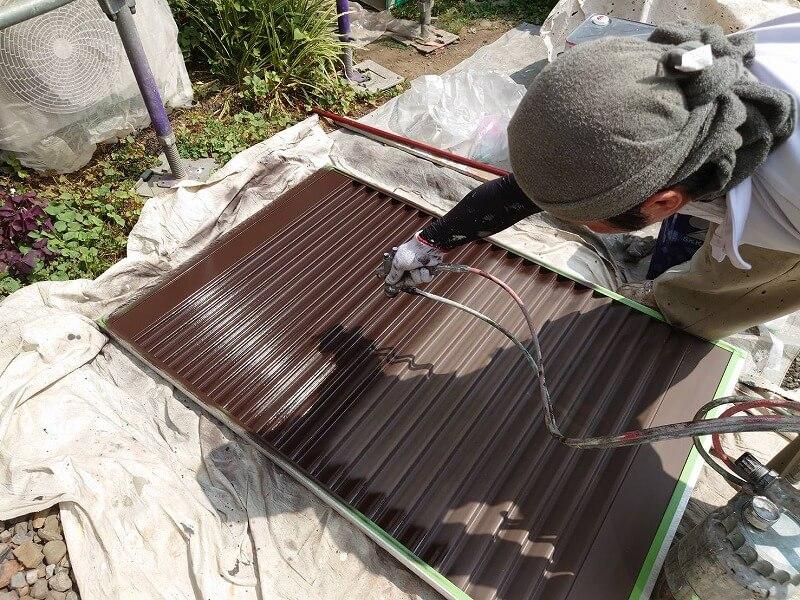 雨戸は広範囲に均一に塗装できるスプレーガンで塗装しています。
