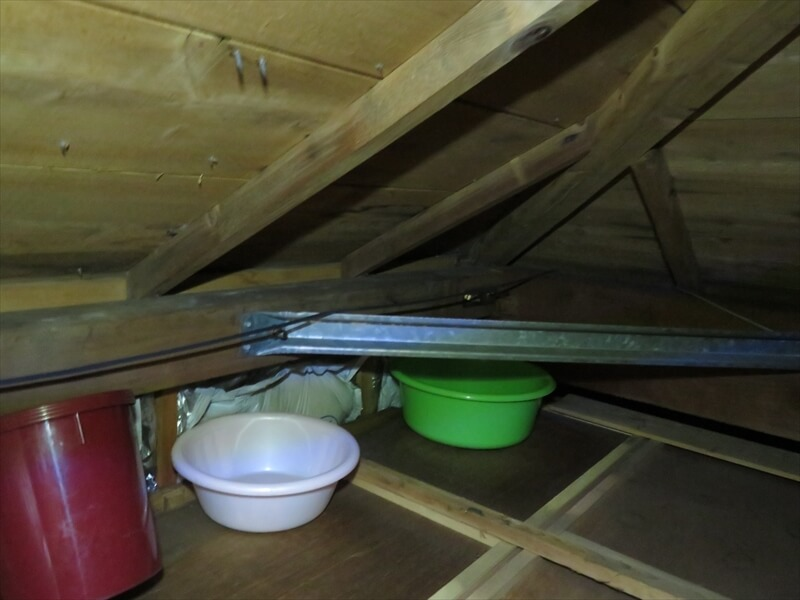 雨漏りしているため、天井裏に洗面器やバケツがおいてありました。
