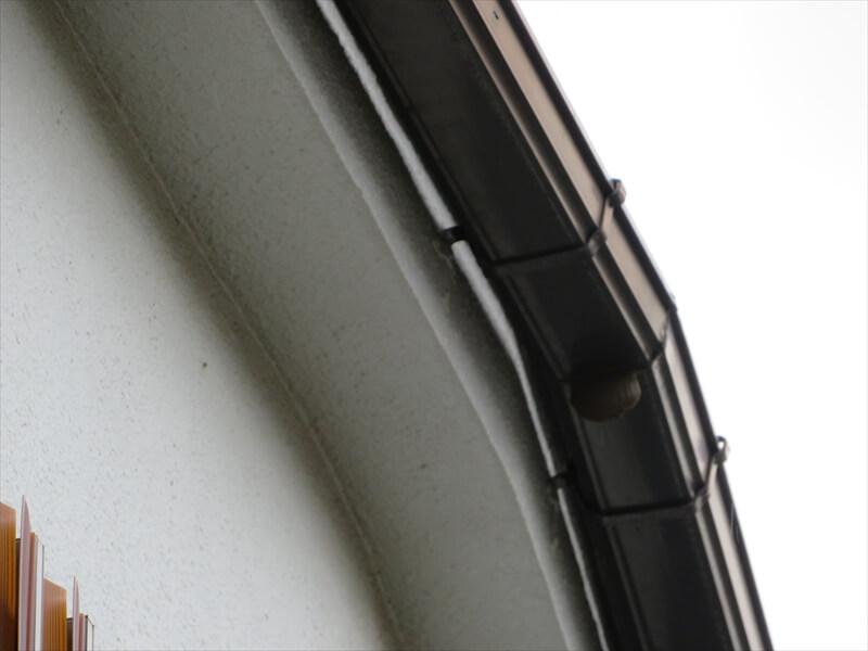 コーキングらしきものがあった雨樋を下から見たところ。