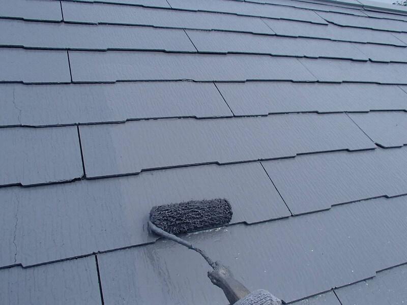 屋根の上塗り中です。