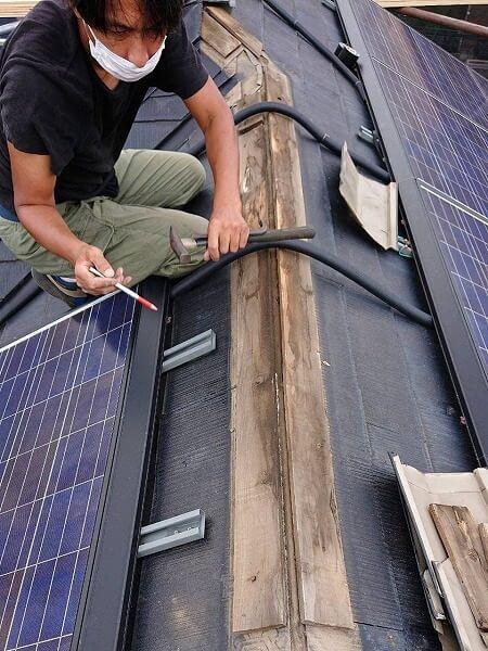 太陽光発電のケーブルに注意しながら棟板金を取り外していきます。