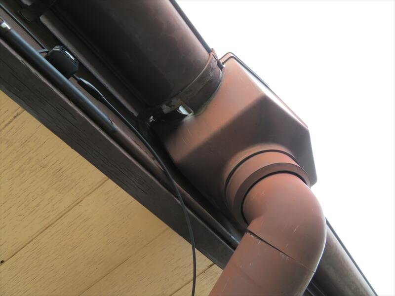 雨樋のマスに穴が空いています。この位置では部分交換ができないため、大掛かりな交換が必要になります。