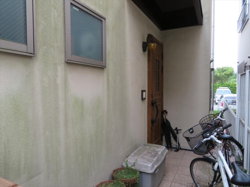 日当たりの悪い外壁部分には、緑の苔汚れがついていました。