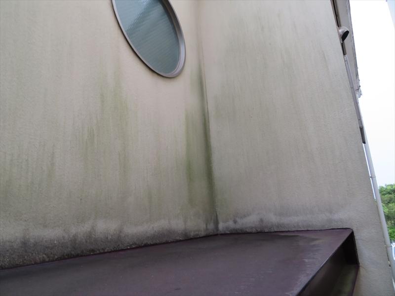 金属製のヒサシは、雨水が跳ね返って当たるのか、一部分だけ線上に汚れがついていません。