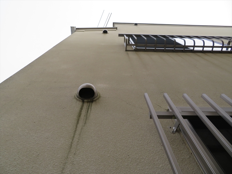換気口や手すりの下に線上の汚れがついています。金属部分についた汚れを雨水が洗い流し、壁にその汚れがつく「伝い水」によるものです。