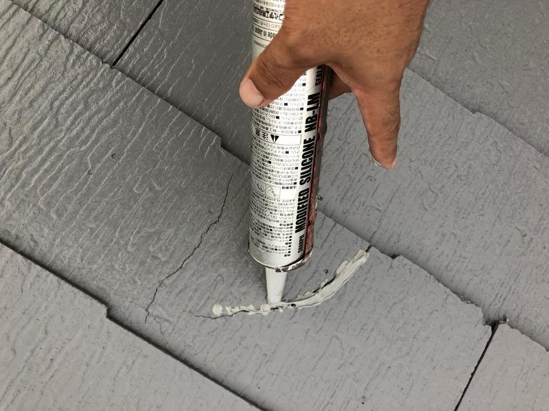 中塗りが終了したら、ヒビ割れをコーキング補修します。