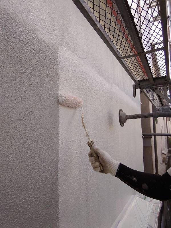 まずは2階部分から下塗りしていきます。(エスケー化研 水性ソフトサーフSG)
