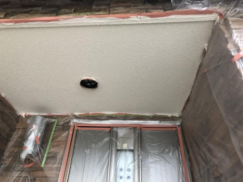 玄関の天井も中塗りまで完了しました。