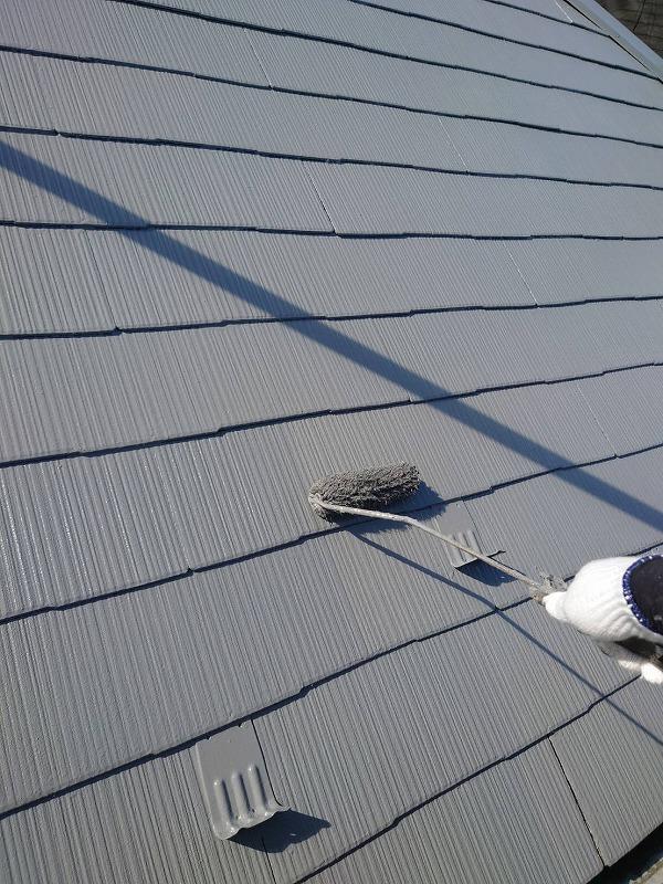 屋根の上塗り中です(エスケー化研 クールタイト CLR-106)。