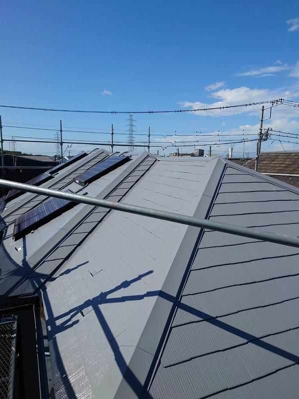 太陽光パネルには養生して塗装しました(エスケー化研 クールタイト CLR-106)。