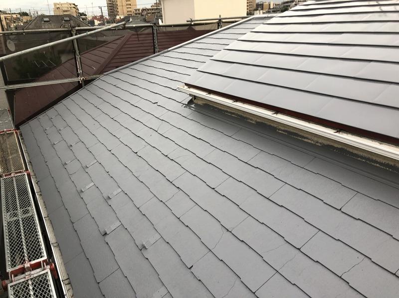 屋根の中塗りが終了しました(エスケー化研 クールタイトSi CLR-106)。