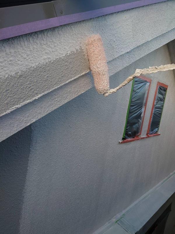 外壁と同素材の破風も下塗りします。(エスケー化研 水性ソフトサーフSG)