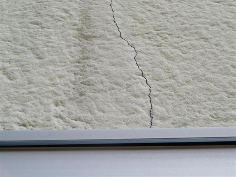 外壁の所々にひび割れがありました。