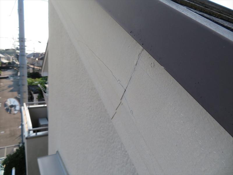 破風板をとめている釘のところにひび割れができています。