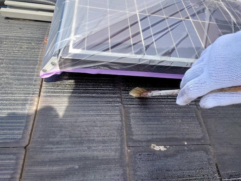 屋根の下塗り中です。( エスケー化研 マイルドシーラー EPO クリア―)