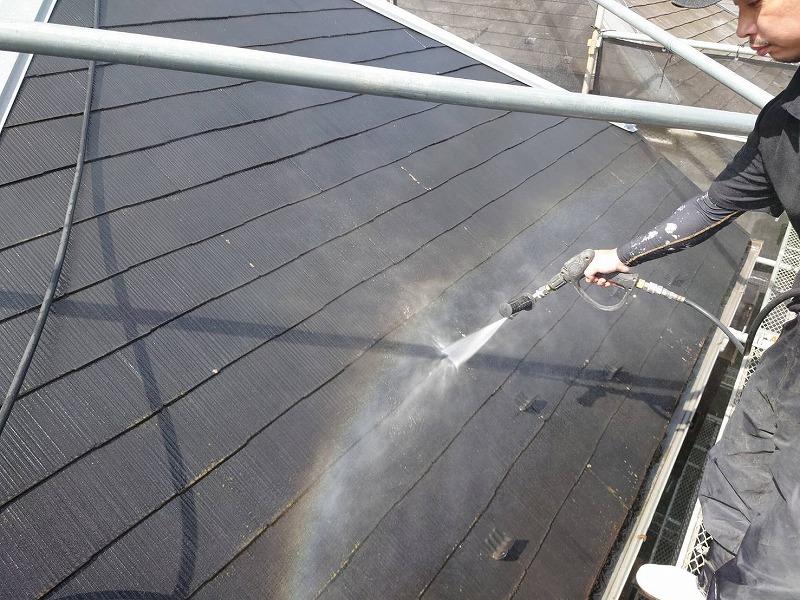 屋根を洗浄しています。可愛い虹がでていますね。