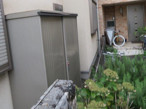 大きな物置は動かせるかどうか、動かせるとしても足場を避けて外壁側に手が届くスペースが作れるか、が問題になってきます。