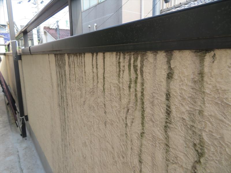 ベランダの内側には、笠木にたまった水が滴り落ちた時にできる伝い水の汚れができています。