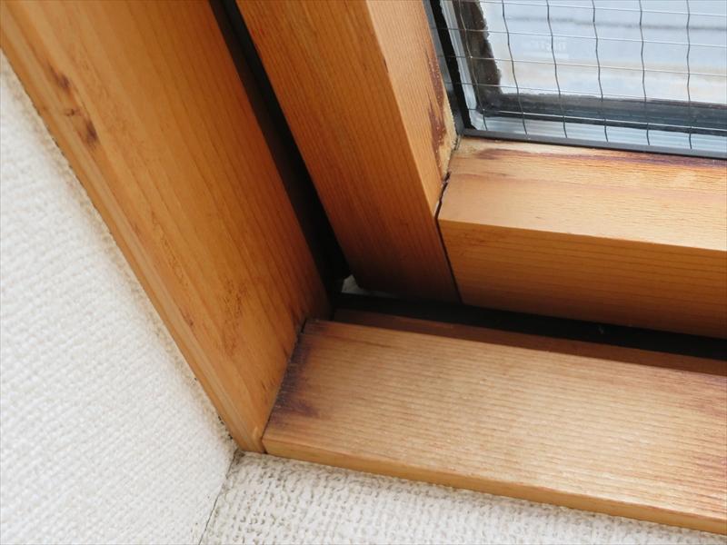 天窓の取り付けに問題があり、木枠部分に雨漏りを示す変色がありました。