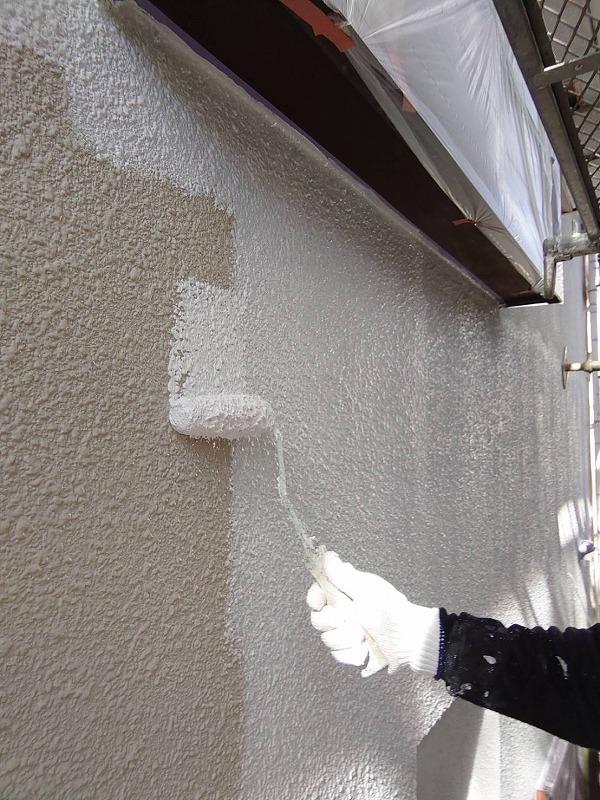 外壁の下塗り中です(エスケー化研 水性ソフトサーフSG)。