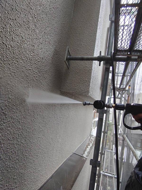 高圧の水流で外壁の汚れを落とします。