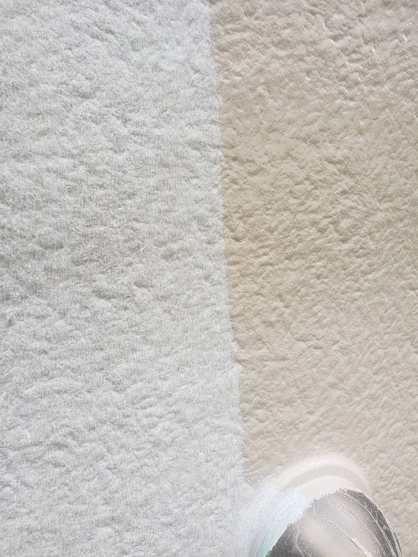 外壁の中塗り中です。(エスケー化研 水性セラミシリコン SR-420 )