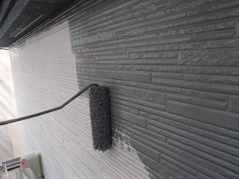 外壁の中塗り中です。(エスケー化研 クリーンマイルドウレタン SR-421)