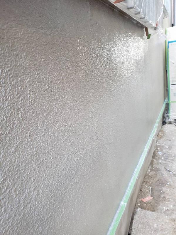 下塗りが完了しました(エスケー化研 水性ミラクシーラーエコ クリヤー)。