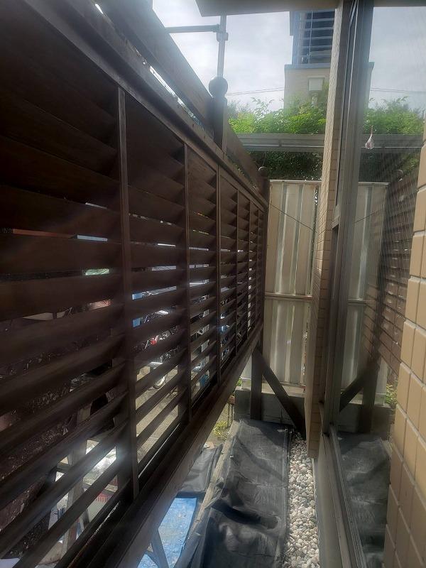 フェンスの裏側も漏れがないようにしっかりと塗装しています。