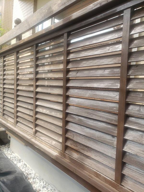 目隠しフェンスの塗装は部品が多いので、一つ一つ丁寧に塗装していきます。