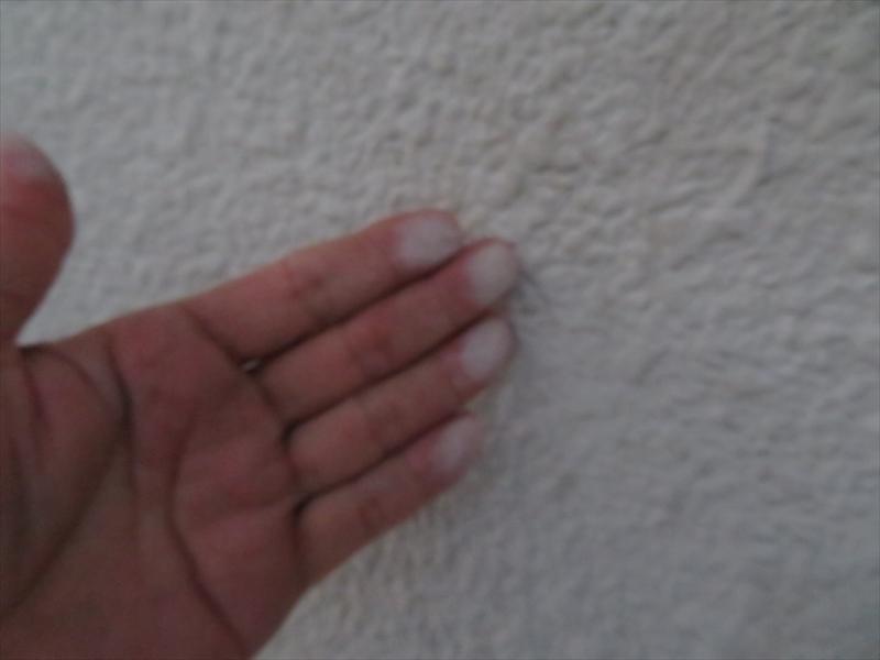 塗料は劣化していて、触ると塗料の粉が手につくチョーキングが起きていました。