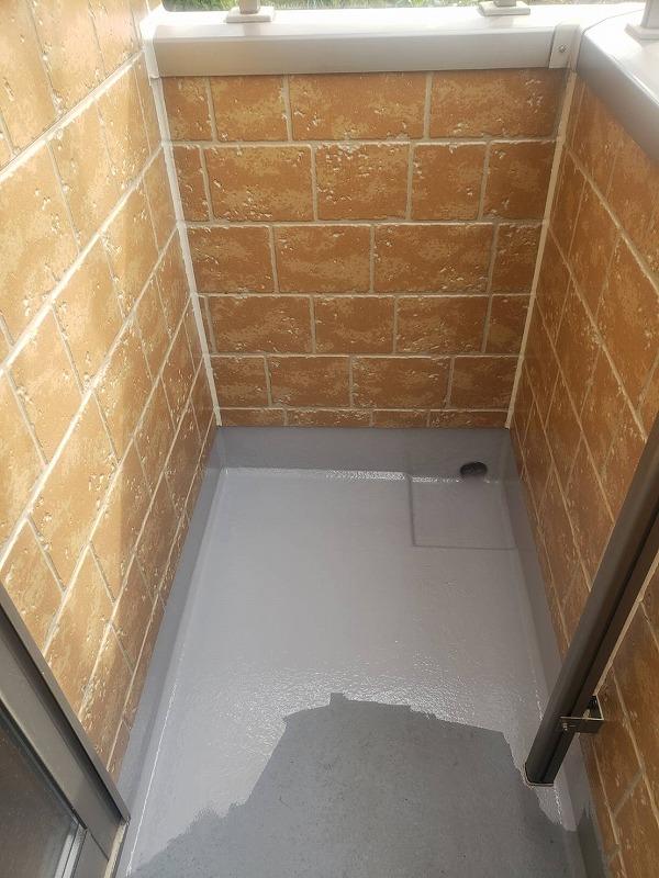防水用の塗料を丁寧に塗装していきます。