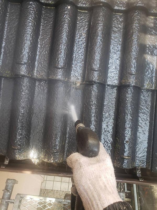 今回は玄関屋根瓦のみ塗装します。