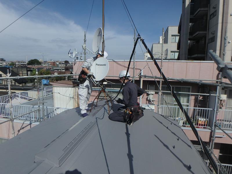 屋根の傾斜が厳しいので、アンテナ工事も2名で安全に行います。