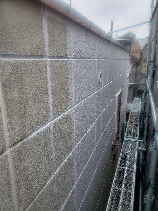 2階の方から塗装開始です(エスケー化研 水性ソフトサーフSG)。