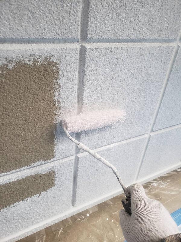 溝をしっかり塗ってから、ローラーで下塗りします(エスケー化研 水性ソフトサーフSG)。