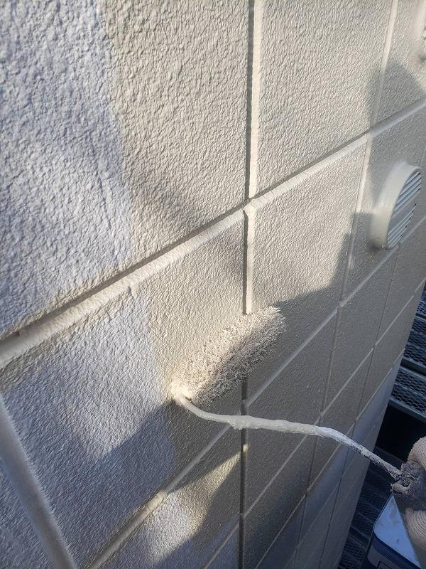 外壁の中塗りをしています。(エスケー化研 水性セラタイトSi SR-113 )