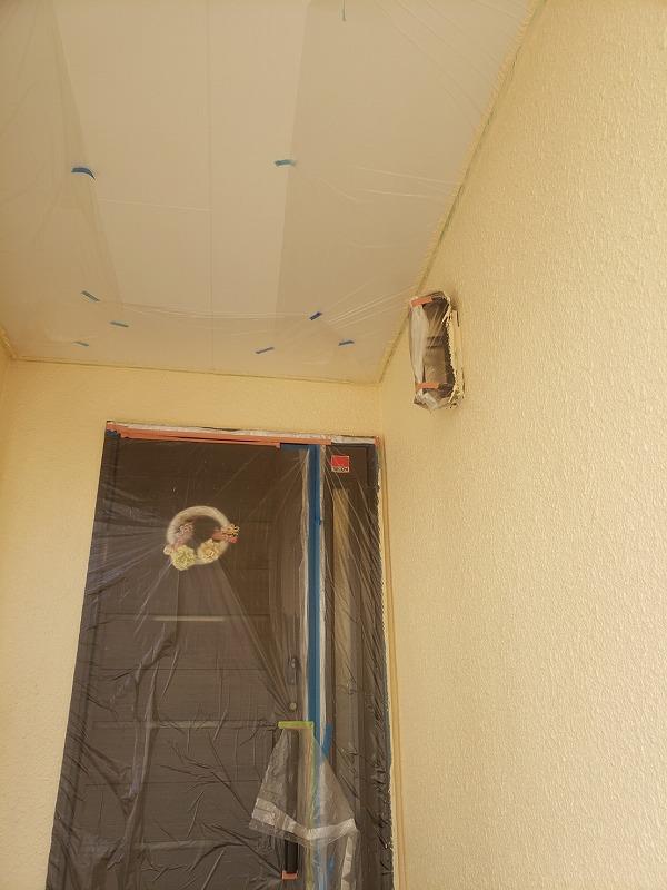 玄関前も上塗り完了しました(エスケー化研 アートフレッシュ AC-1061)。