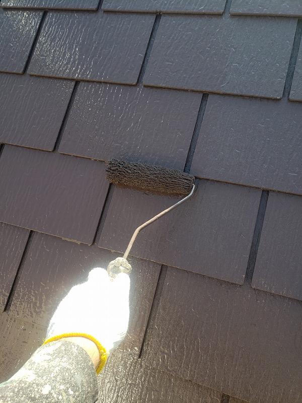 屋根の上塗り中です。(エスケー化研 クールタイトSi CLR-102 チェスナットブラウン)