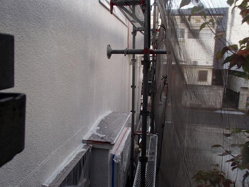 壁あてがあるところも、しっかり塗っていきます(エスケー化研 水性ソフトサーフSG)。