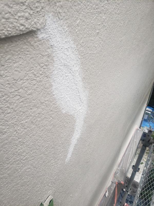 外壁の一部に剥がれがあったので補修しました。(エスケー化研 レナラック)